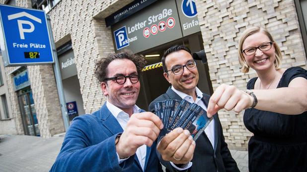 Jens Bormann, Wigand Maethner und Yvonne Holthaus freuen sich über den Vertrag zur Nutzung des Parkhauses Lotter Straße