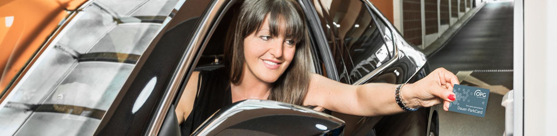 """Eine Dame parkt mit der OPG Dauer-ParkCard in """"ihrem"""" OPG-Parkhaus."""