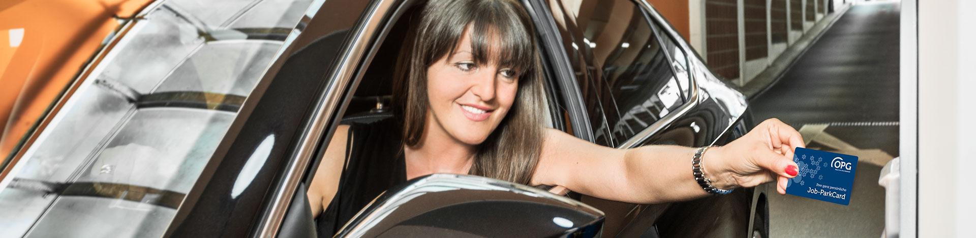 """Eine Dame parkt mit der OPG Job-ParkCard in """"ihrem"""" OPG-Parkhaus."""