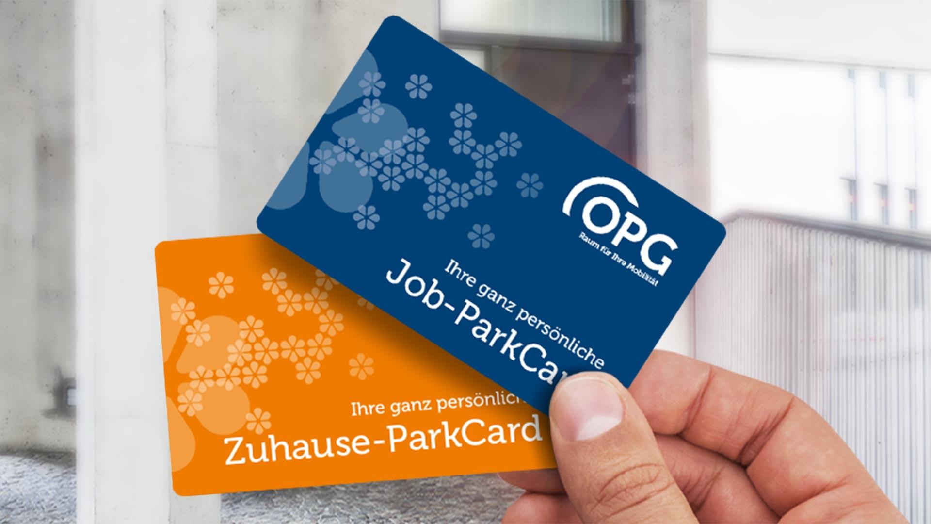 Hand mit einer OPG Job-ParkCard und einer OPG Zuhause-ParkCard