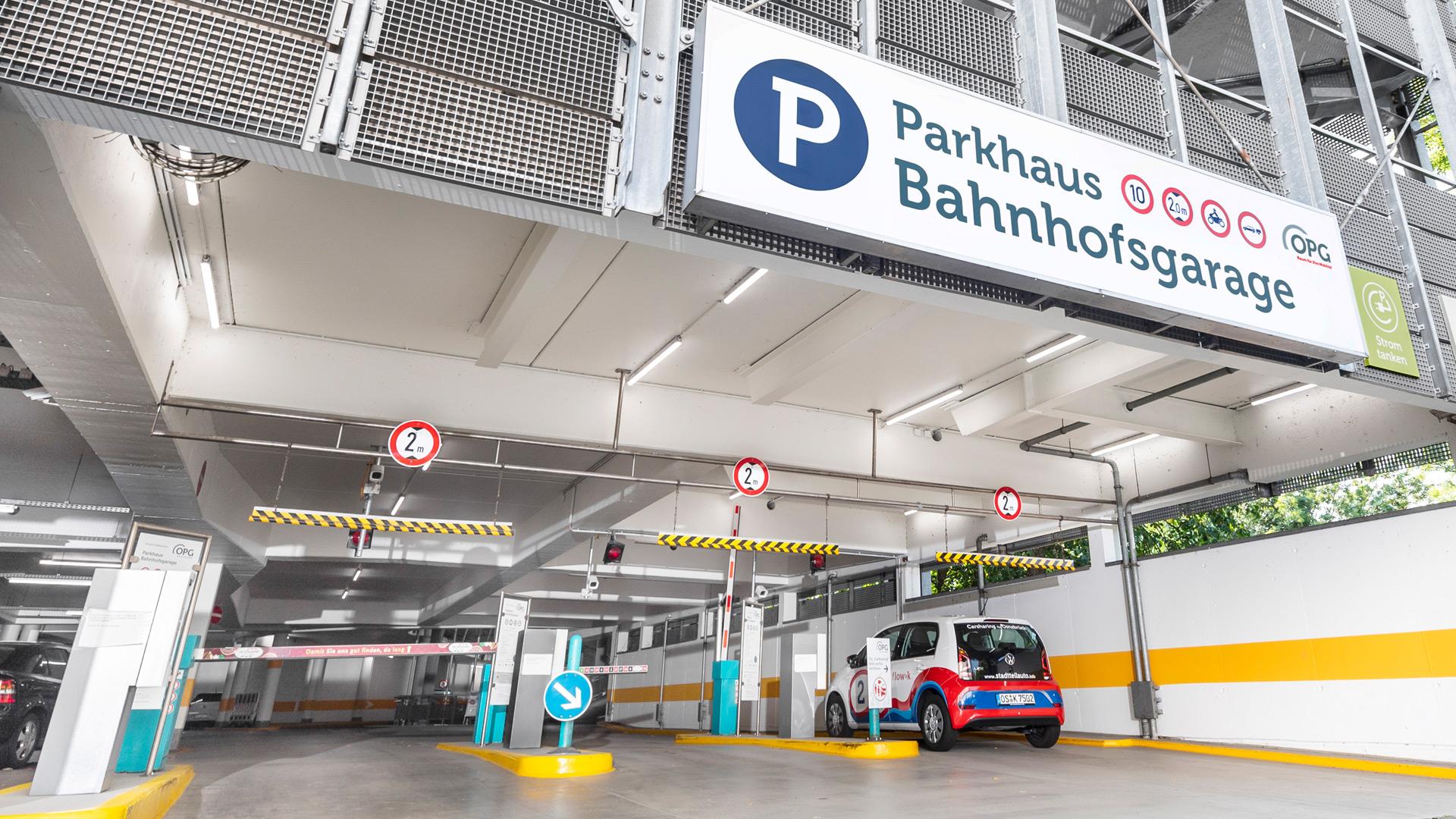 Ein Auto verlässt ein Parkhaus der OPG in Osnabrück