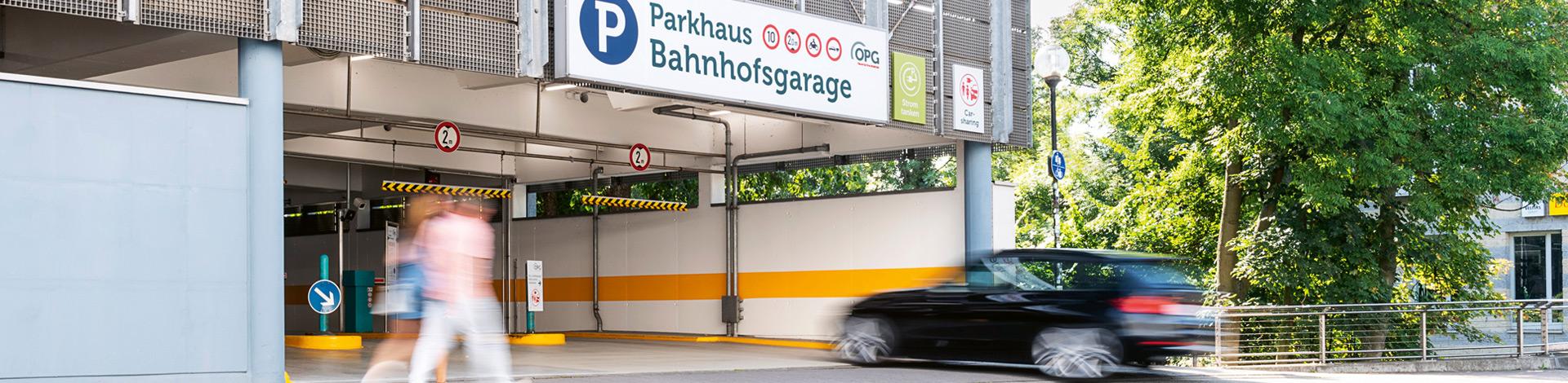 Autos befahren und verlassen ein Parkhaus der OPG in Osnabrück
